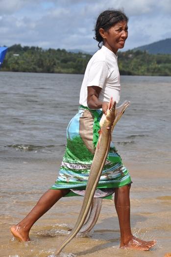 Fiskerbåden kommer ind