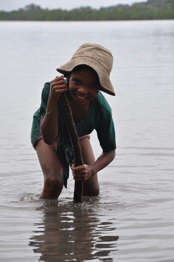 Lille pige leder efter muslinger
