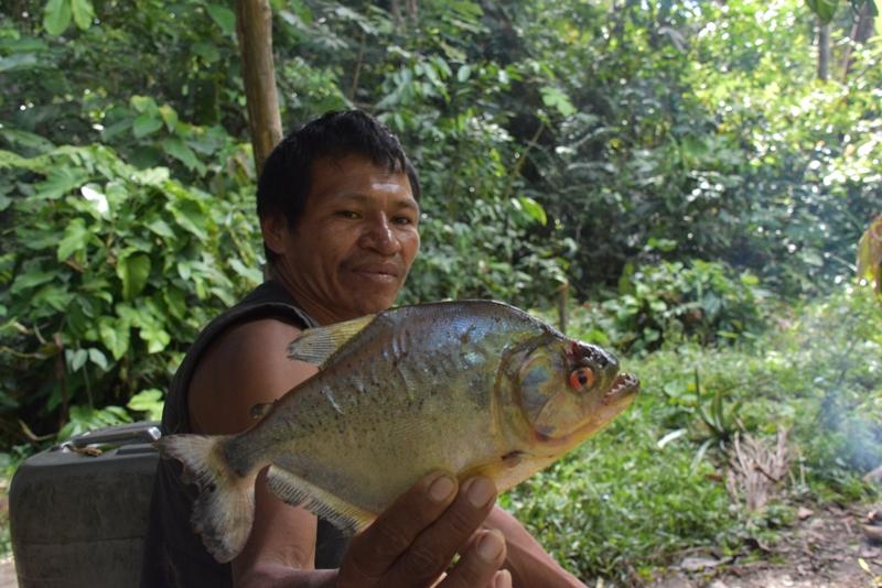 Hans har fanget en pirana i Amazonas, Colombia