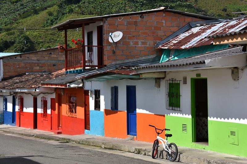 Farverig gade i Jardín, Colombia