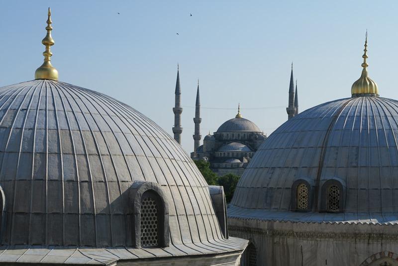 Den blå moske set fra Hagia Sophia i Istanbul
