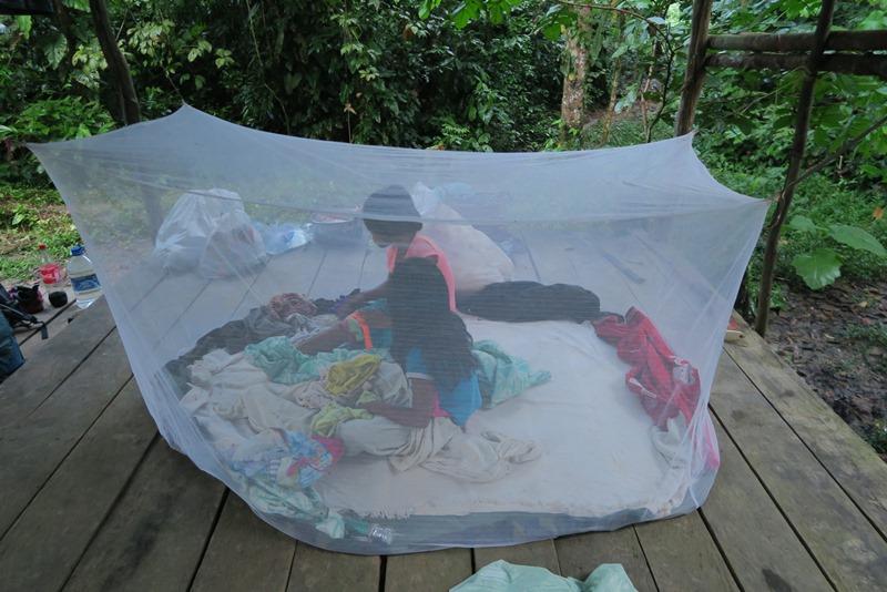 Pigerne gør klar under myggenettet