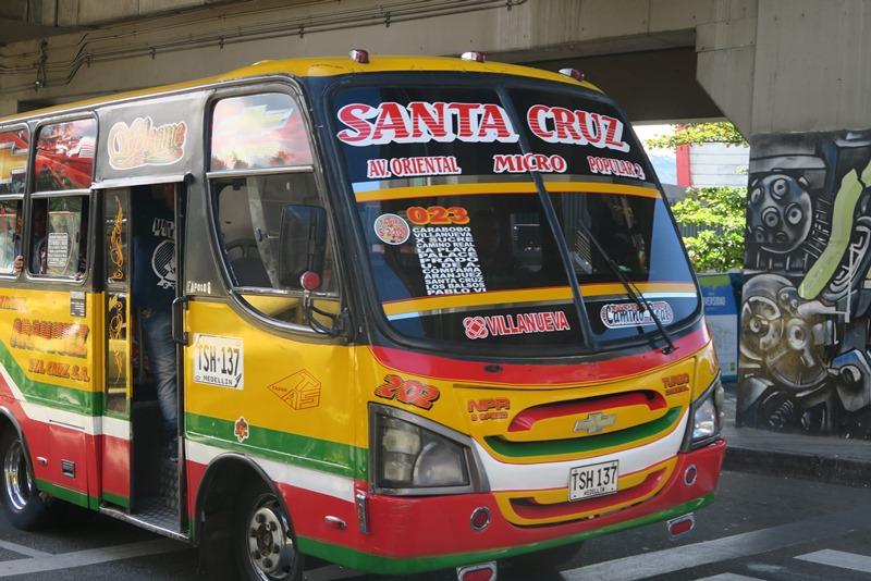 En farverig bus i Medellin