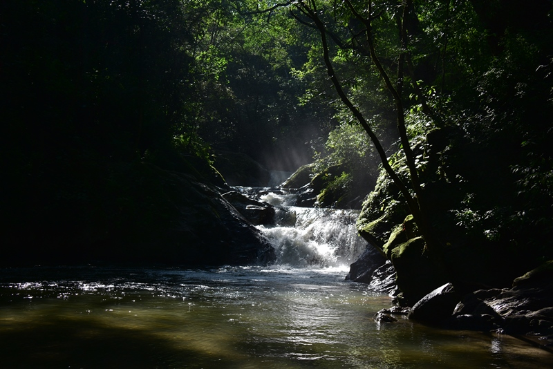 Det lille vandfald Pozo Azul i Colombia