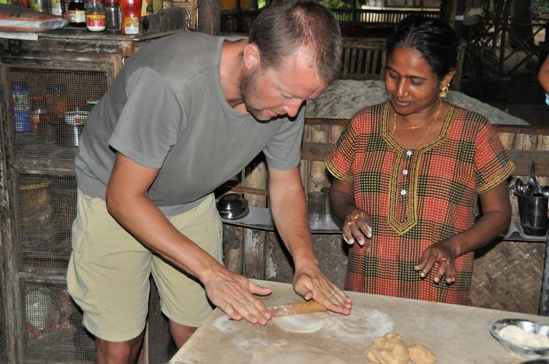 Lipi lærer Martin hvordan han skal rulle chapatis, Neil Island, Andamanerne