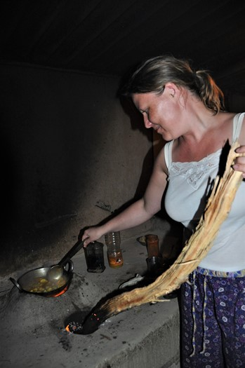 Sanne prøver kræfter med brændekomfuret, Neil Island, Andamanerne
