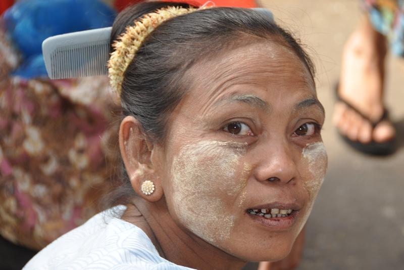 Kvinde med kam i håret, Yangon, Myanmar