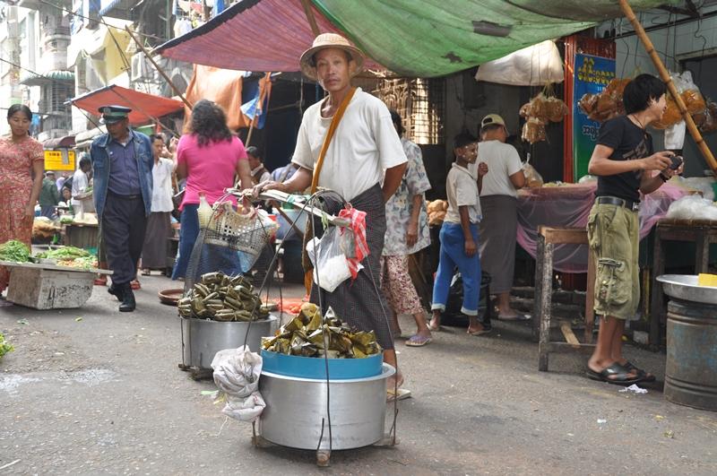 Mand med lille bod, Yangon, Myanmar