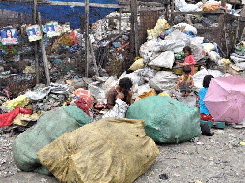 Folk i skrald på Smokey Mountains, Filippinerne