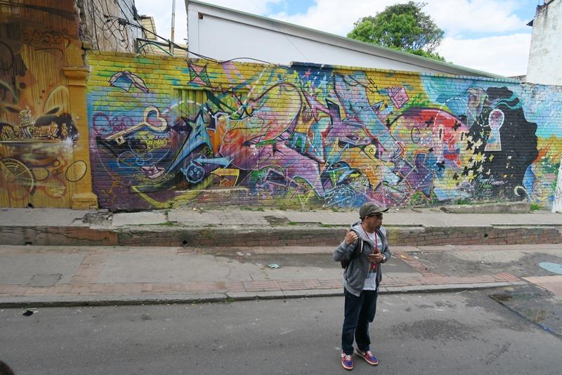 Vores guide Jay på graffititur i Bogota, Colombia