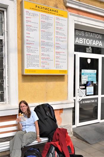 Anne Marie på busstation i Bulgarien
