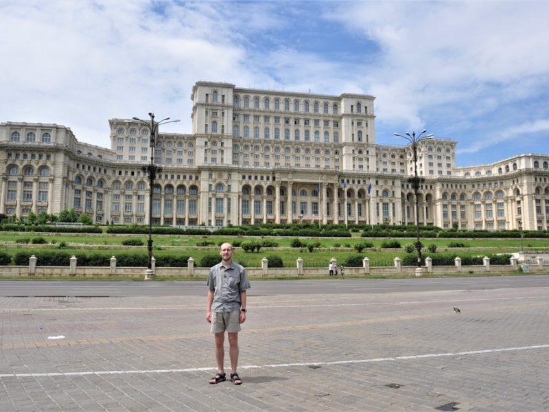 Rasmus foran paladset i Bukarest, Rumænien