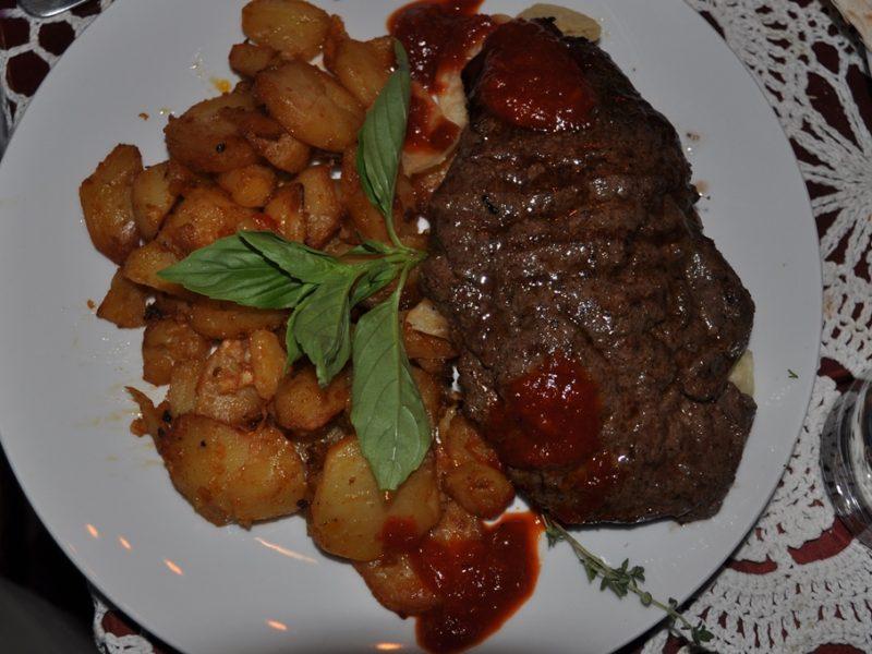 Aftensmad på jødiske restaurant i Lviv, Ukraine