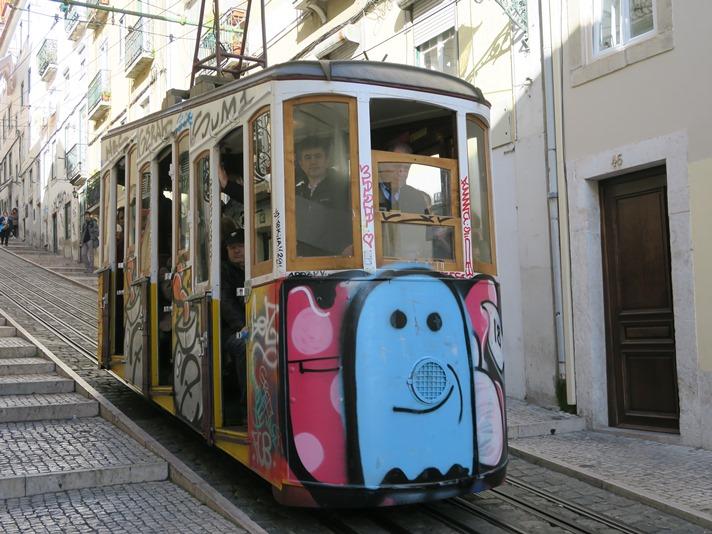 Skinnebus i de stejle gader i Lissabon, Portugal