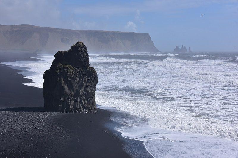 Sort strand tæt på Vik, Island