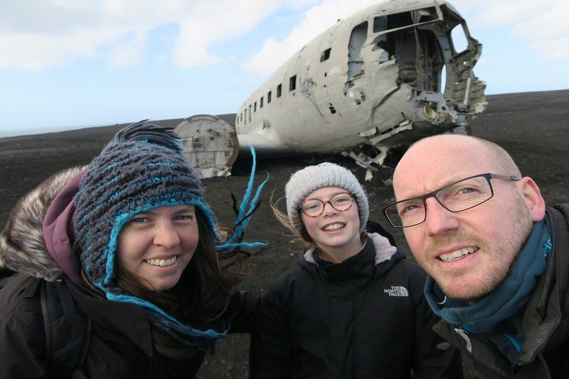 Os tre ved flyvraget ved Vik, Island