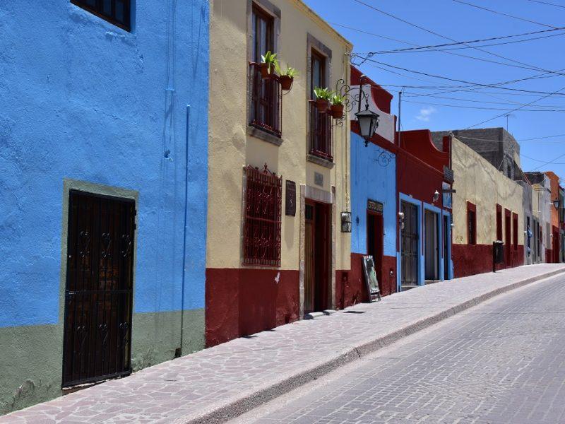 En smuk gade i Dolores Hidalgo, Mexico