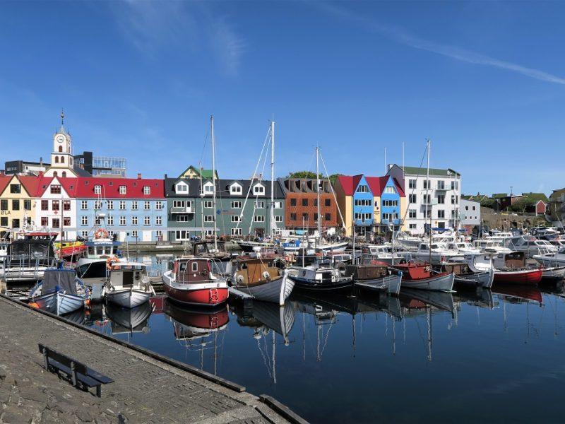 Smukke Tórshavn på en solskinsdag
