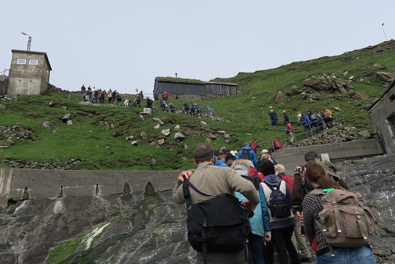 Den stejle opstigning til bygden på Mykines, Færøerne
