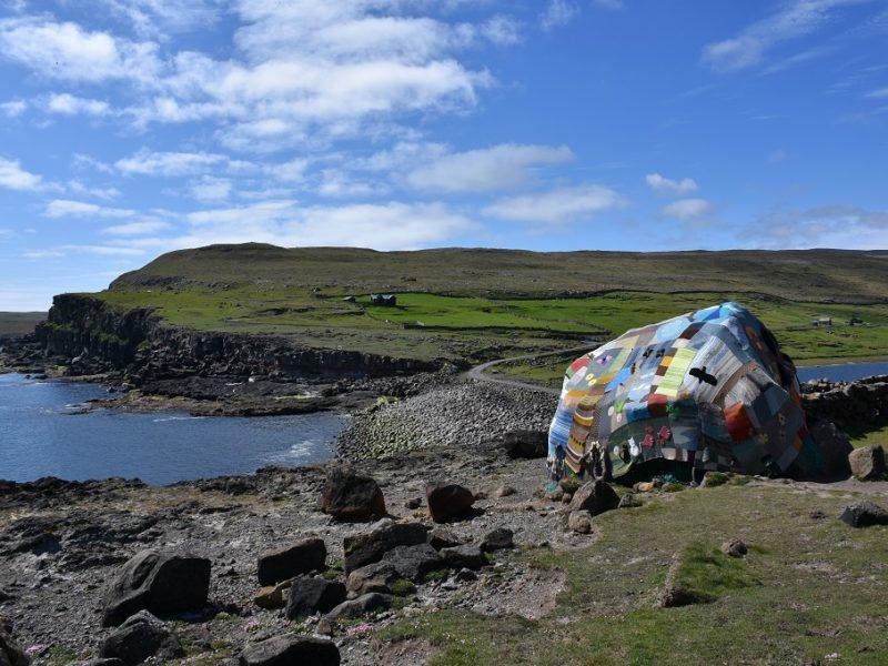 En strikkesten på Sandoy, Færøerne
