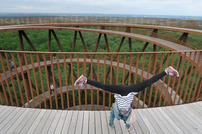 Karen slår vejrmøller i Skovtårnet