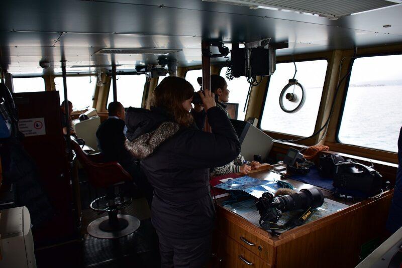 På besøg hos kaptajnen på vej til Pyramiden, Svalbard