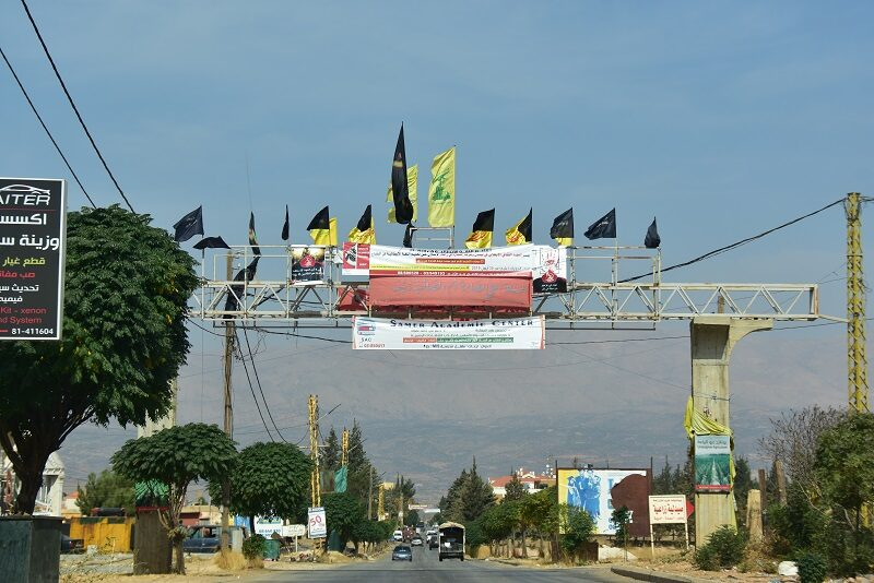 Hizbollahflag ved vejen i Libanon